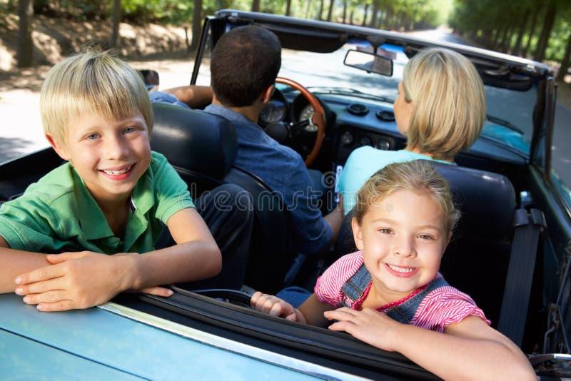 Familia en coche de deportes imágenes de archivo libres de regalías