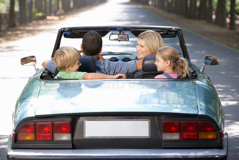 Familia en coche de deportes foto de archivo