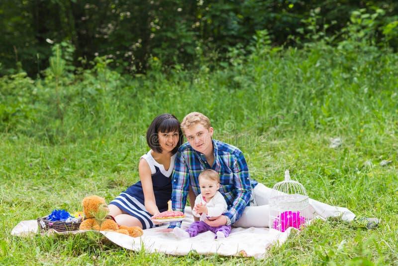 Familia en comida campestre en el día soleado imagen de archivo