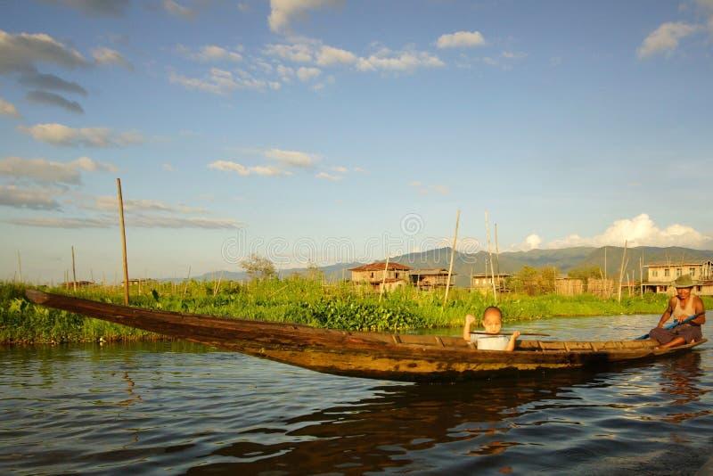 Familia en el barco en el lago Inle en Birmania, Asia fotografía de archivo