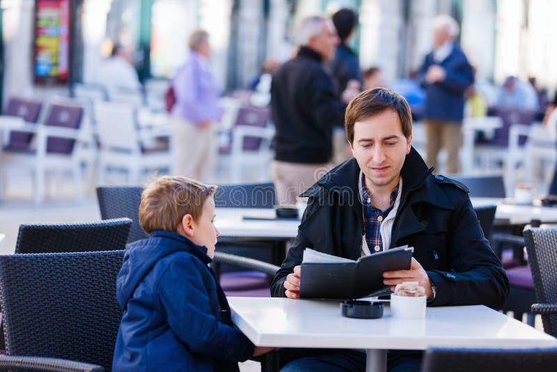 Familia en el café al aire libre foto de archivo