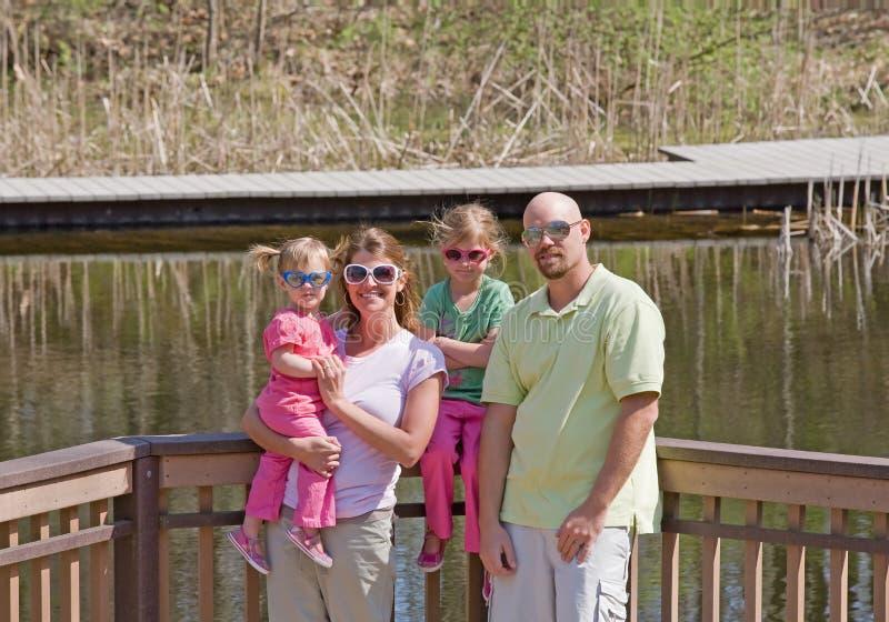 Familia en el lago fotografía de archivo libre de regalías