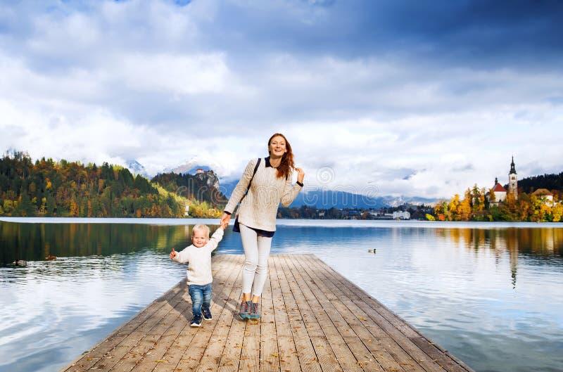 Familia en el lago sangrado, Eslovenia, Europa imagen de archivo libre de regalías