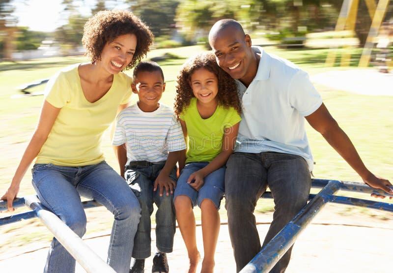 Familia en el montar a caballo del parque en cruce giratorio fotos de archivo
