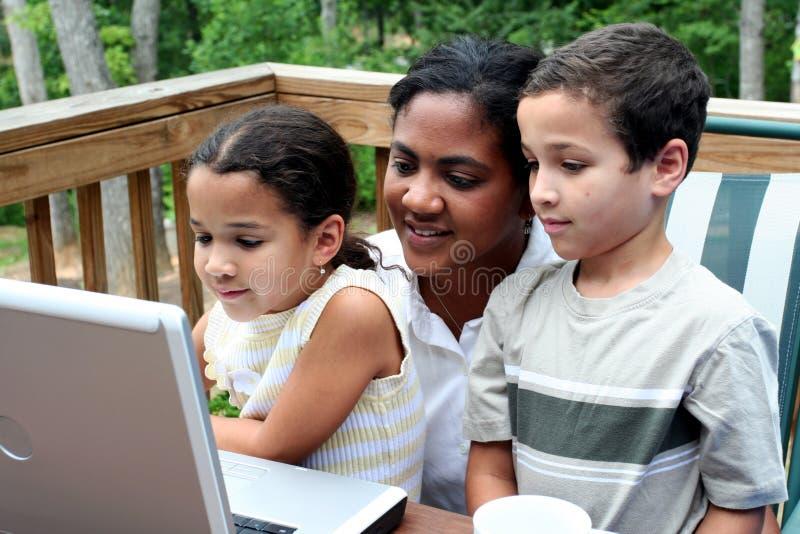 Familia en el ordenador fotos de archivo libres de regalías