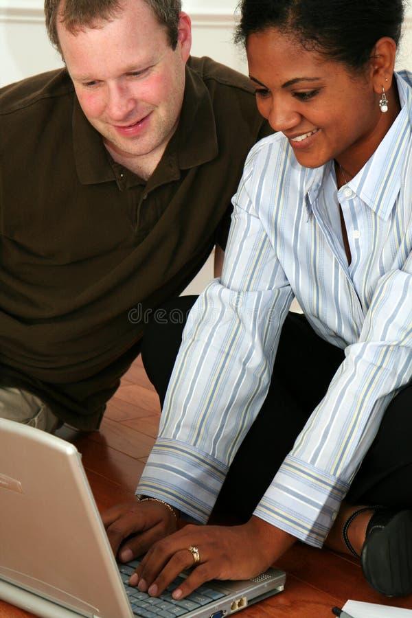 Familia en el ordenador imagen de archivo