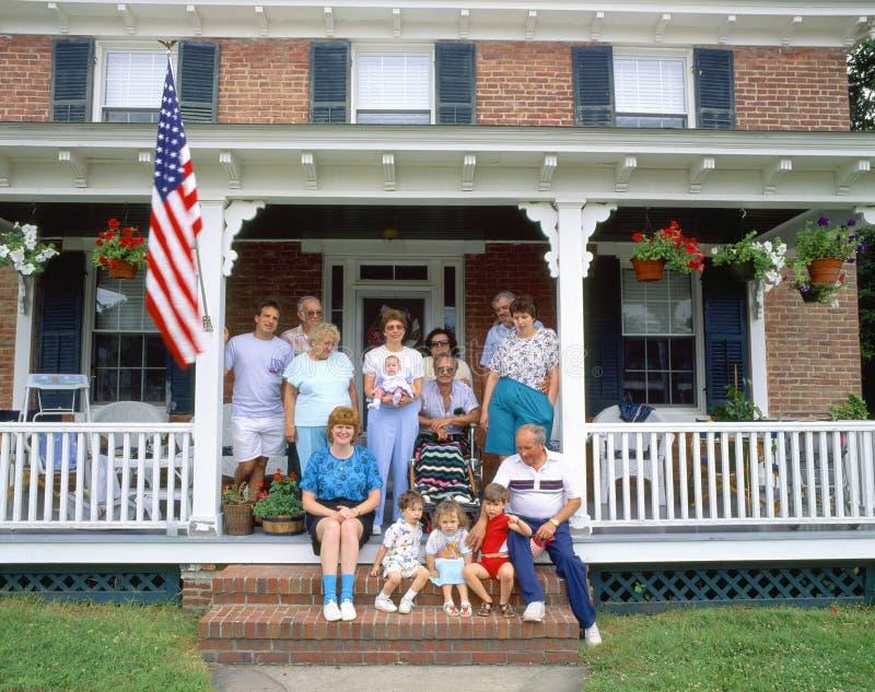 Familia en el pórtico fotos de archivo