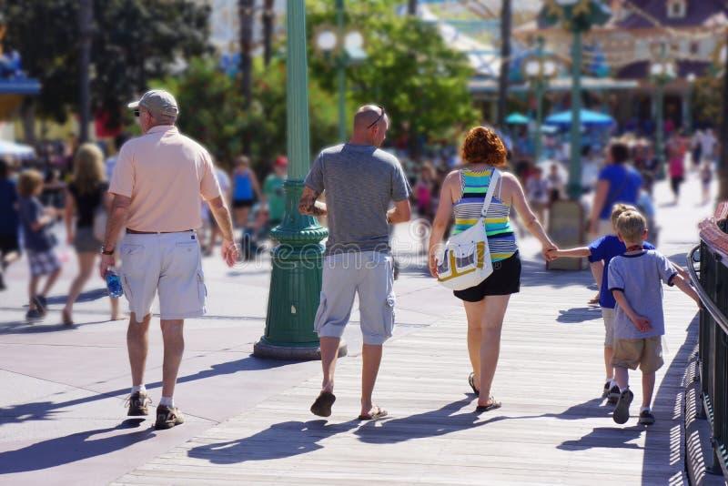 Familia en el parque de atracciones foto de archivo libre de regalías