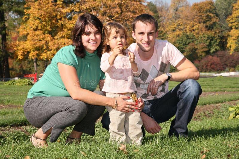 Familia en el parque en el otoño 2 foto de archivo