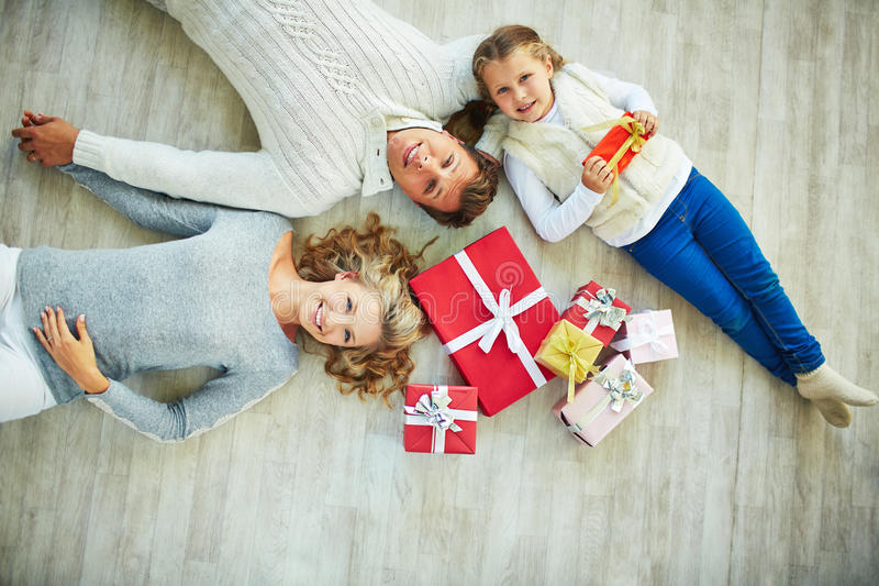 Familia en el piso foto de archivo libre de regalías