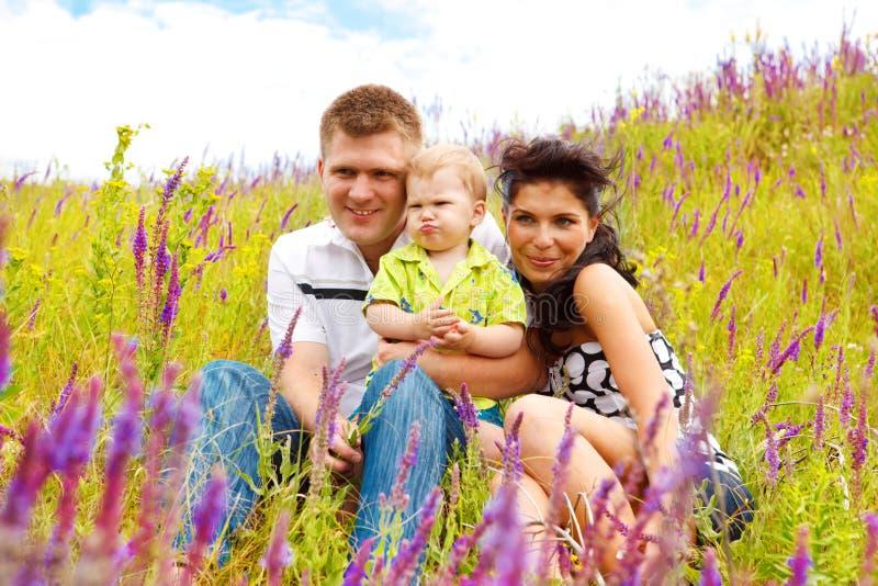 Familia en el prado imágenes de archivo libres de regalías