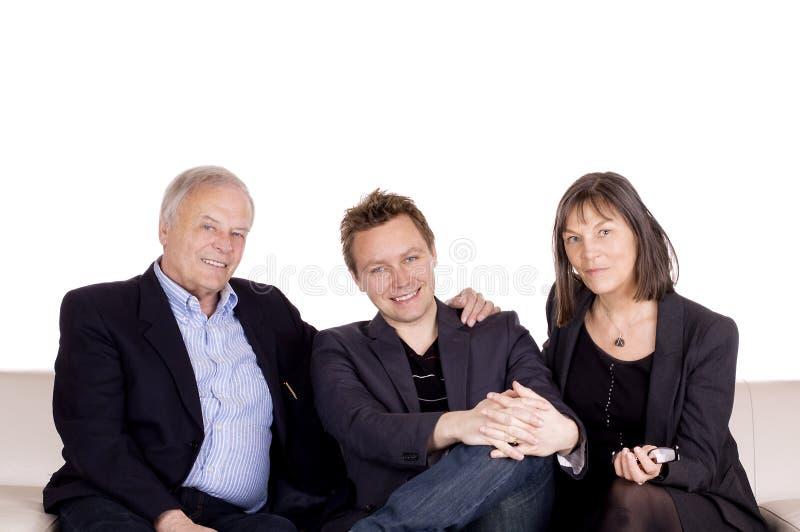 Familia en el sofá fotografía de archivo