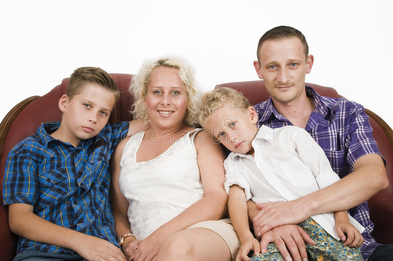 Familia en el sofá imagen de archivo