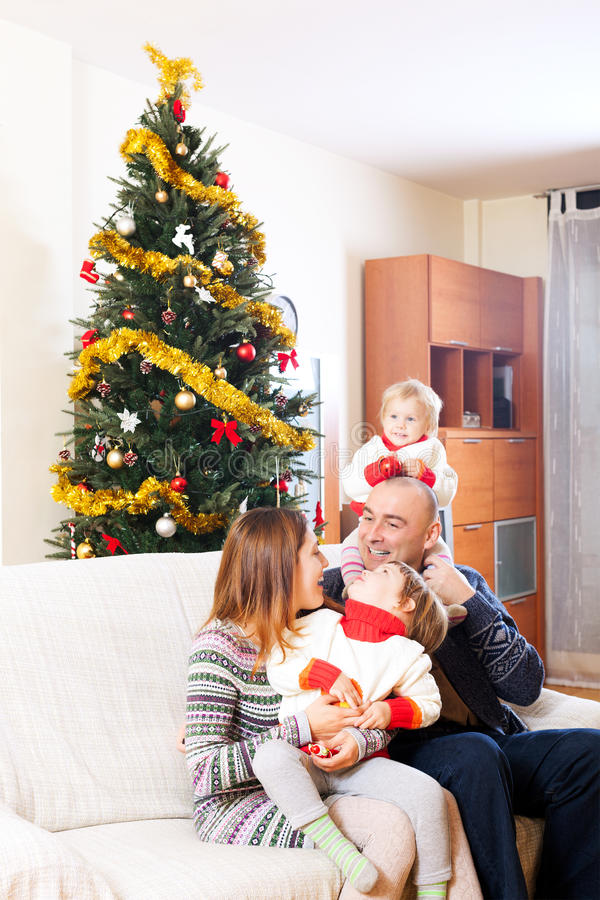 Familia en el sofá en la Navidad imagen de archivo libre de regalías