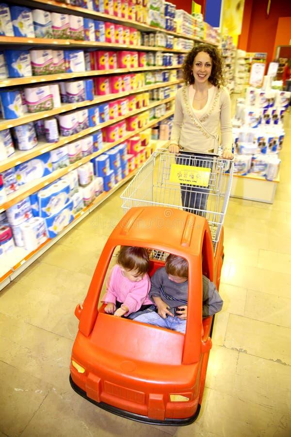 Familia en el supermercado imagen de archivo
