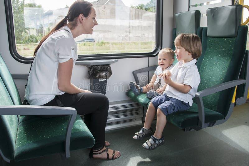 Familia en el tren imágenes de archivo libres de regalías