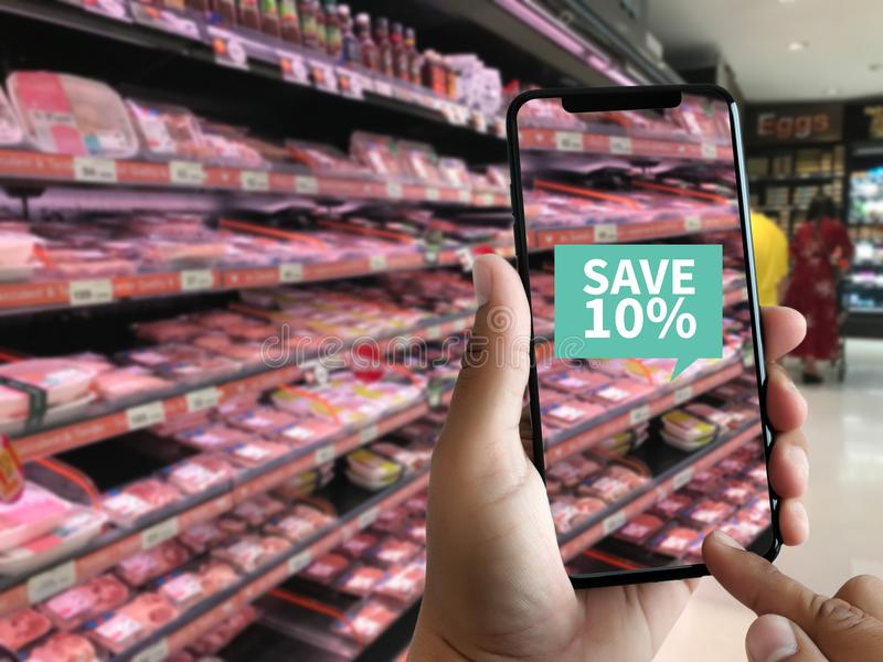 Familia en el uso del uso del supermercado de la realidad aumentada S fotos de archivo libres de regalías
