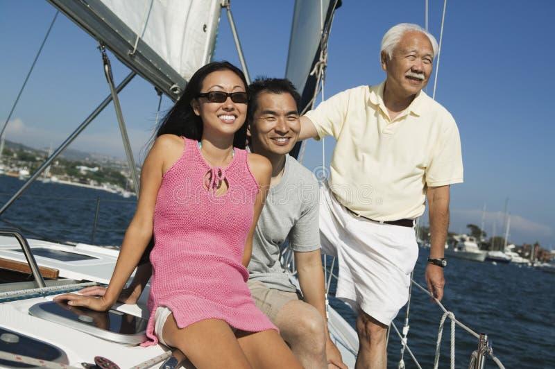 Familia en el velero fotografía de archivo