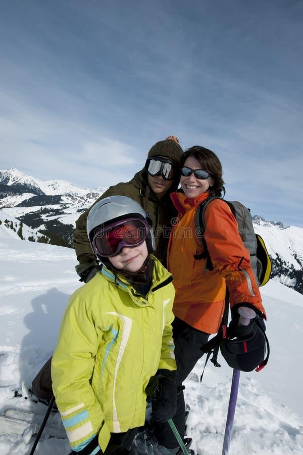 Familia en esquí fotografía de archivo libre de regalías