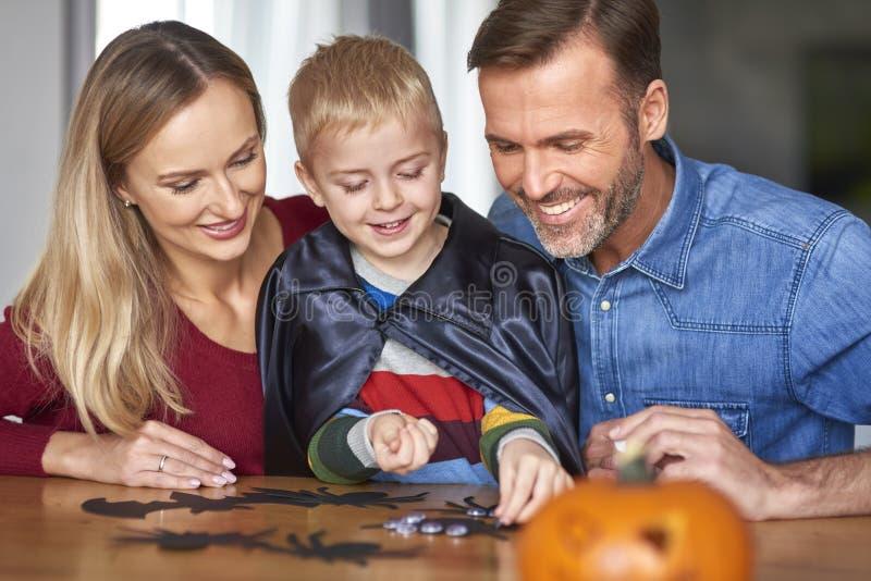 Familia en Halloween fotografía de archivo