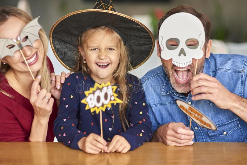 Familia en horario de Halloween imagen de archivo libre de regalías