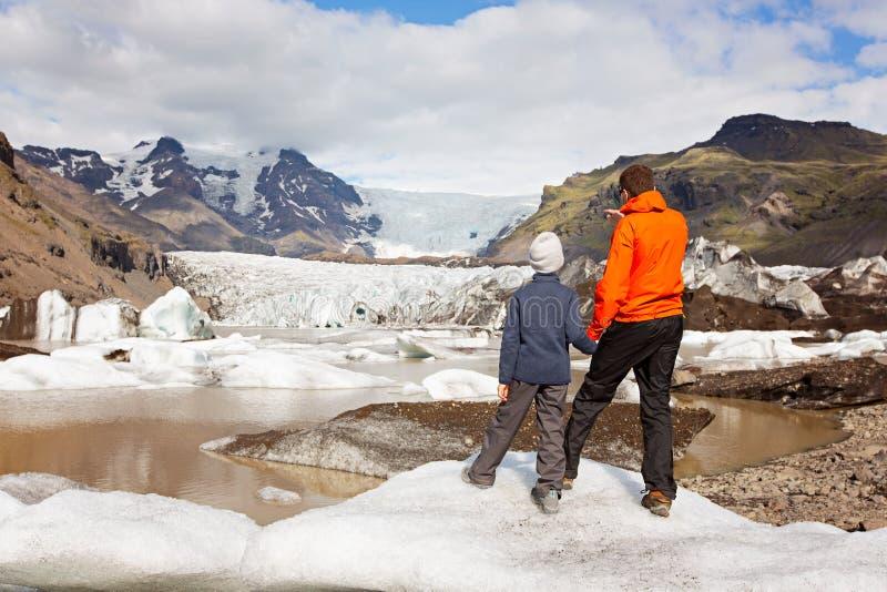 Familia en Islandia fotografía de archivo libre de regalías