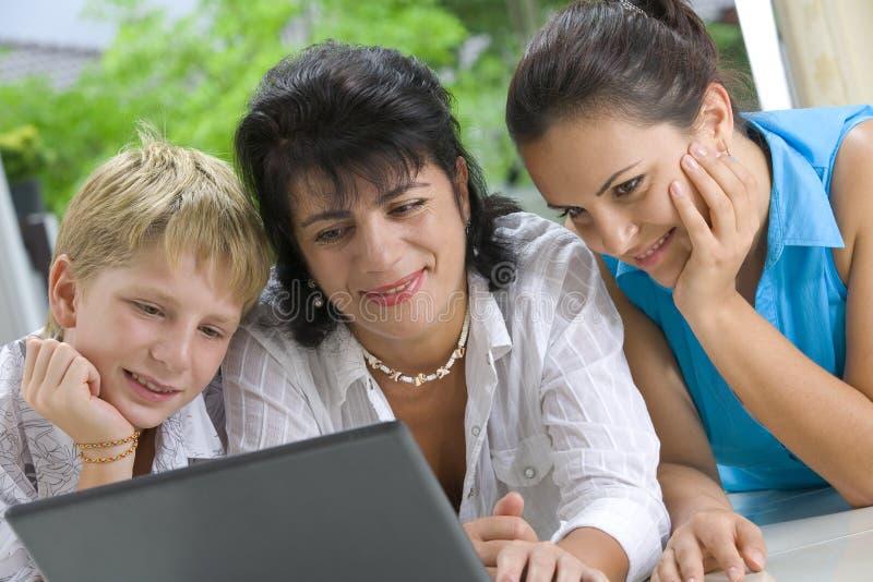 Familia en línea imagen de archivo libre de regalías