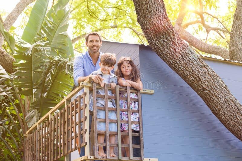 Familia en la casa en el árbol fotografía de archivo libre de regalías