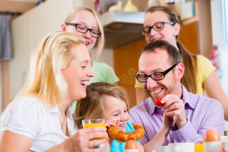 Familia en la cocina que desayuna junto imagenes de archivo