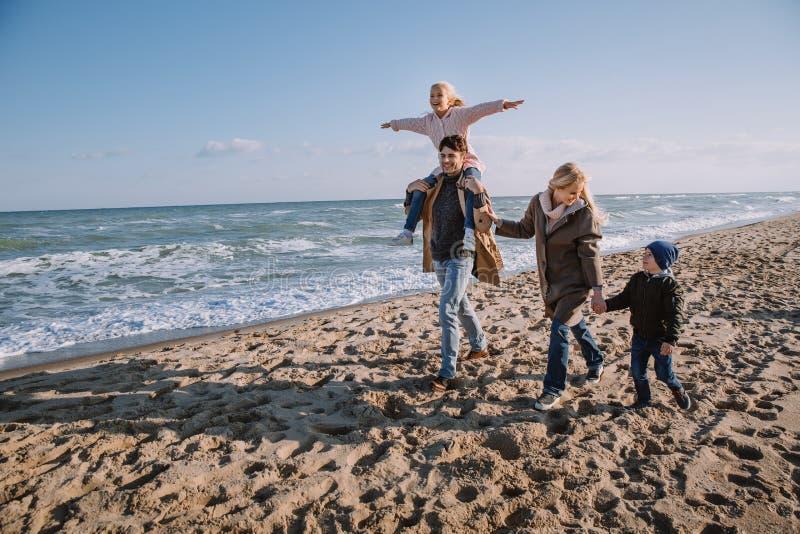 familia en la costa en otoño imagen de archivo