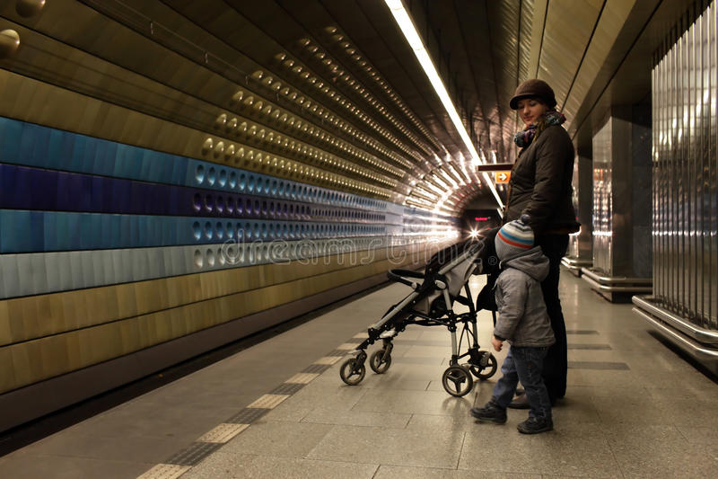 Familia en la estación de metro foto de archivo
