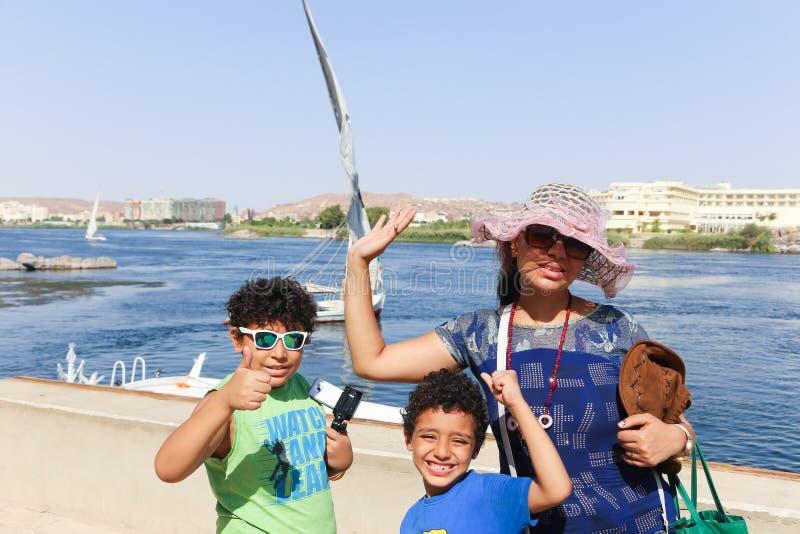 Familia en la isla de las plantas en Asuán Egipto imágenes de archivo libres de regalías