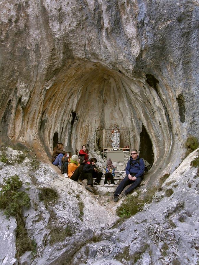 Familia en la meditación piadosa en un agujero fotos de archivo