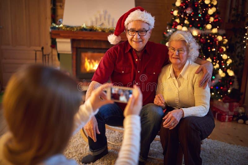 Familia en la Navidad que fotografía con smartphone fotografía de archivo