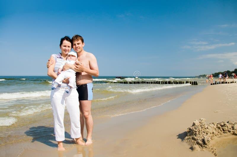 Familia en la playa imagenes de archivo
