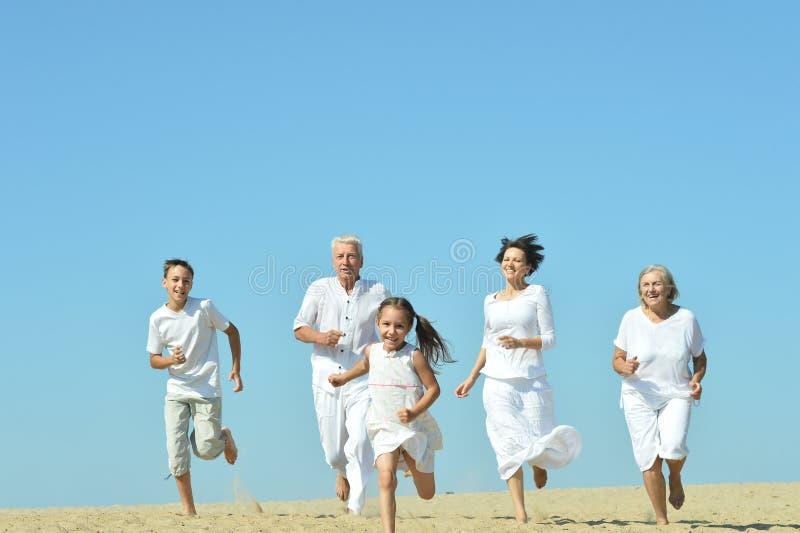Familia en la playa de la arena fotos de archivo