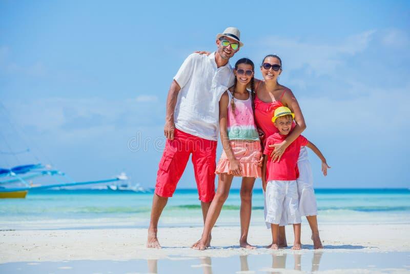 Familia en la playa tropical imágenes de archivo libres de regalías
