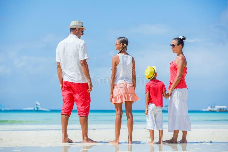 Familia en la playa tropical fotografía de archivo libre de regalías