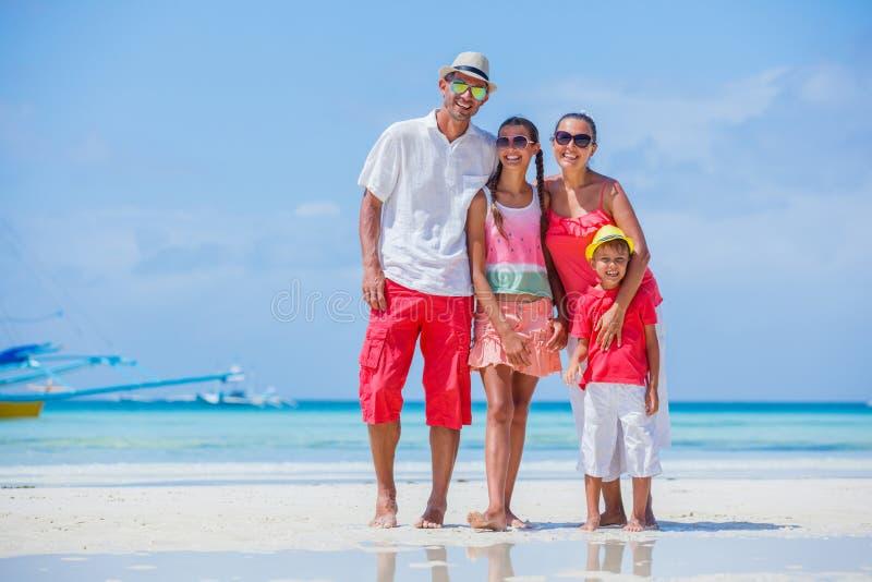 Familia en la playa tropical imagen de archivo