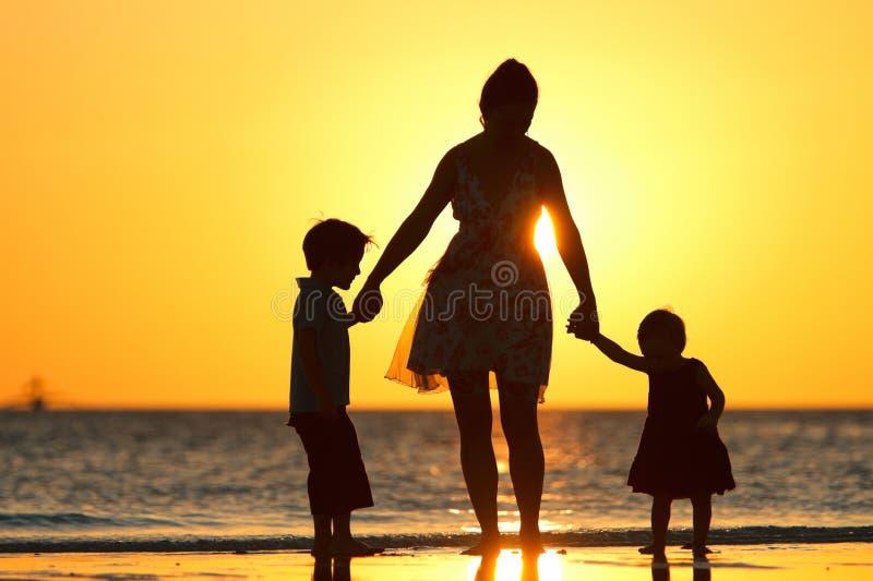 Familia en la puesta del sol fotografía de archivo