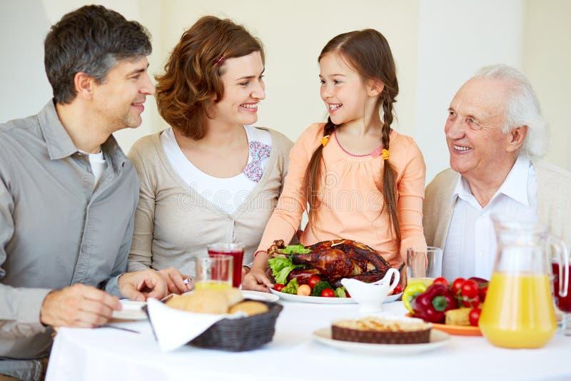 Familia en la tabla de la acción de gracias fotos de archivo