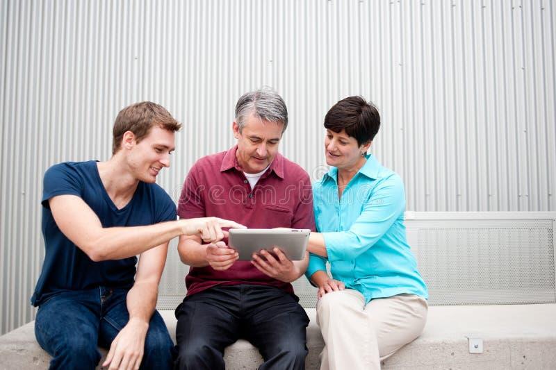 Familia en la tableta imagen de archivo