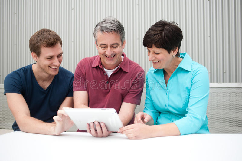 Familia en la tableta fotografía de archivo