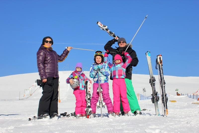 Familia en las vacaciones del invierno imágenes de archivo libres de regalías