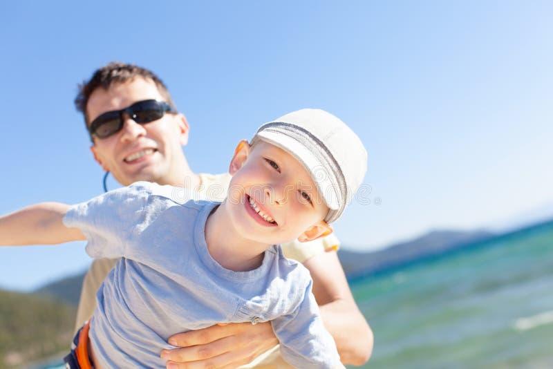 Familia en las vacaciones del lago imagen de archivo