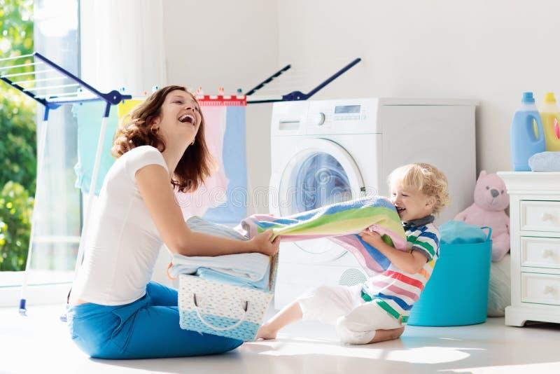Familia en lavadero con la lavadora foto de archivo libre de regalías