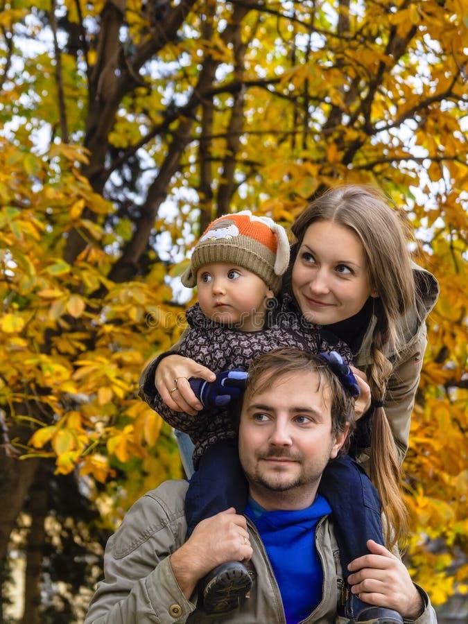 Familia en mirada del parque del otoño fotos de archivo