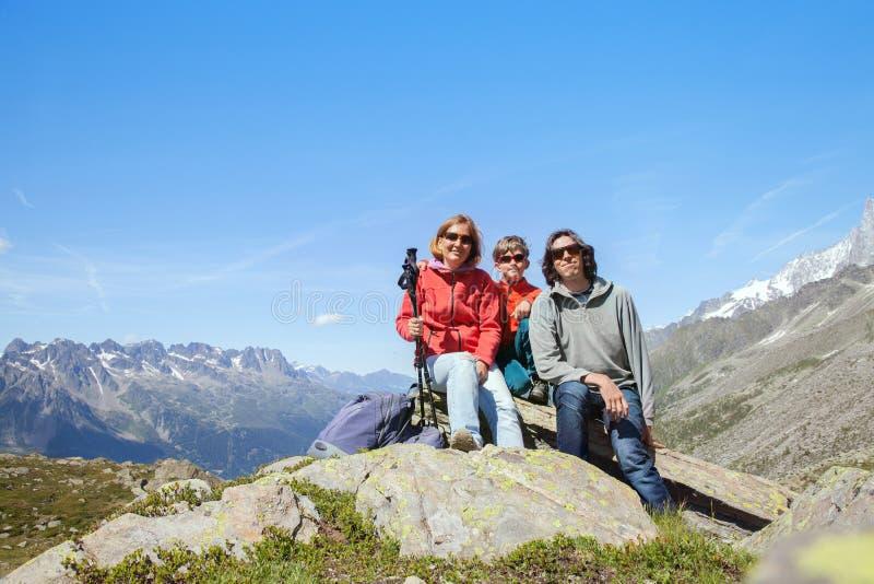 Familia en montañas imagen de archivo