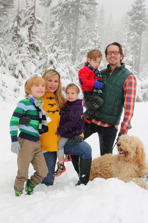 Familia en nieve fotografía de archivo