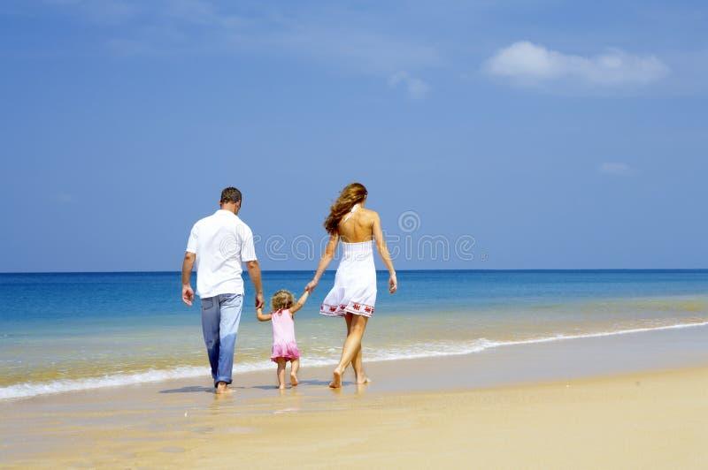 Familia en orilla foto de archivo libre de regalías